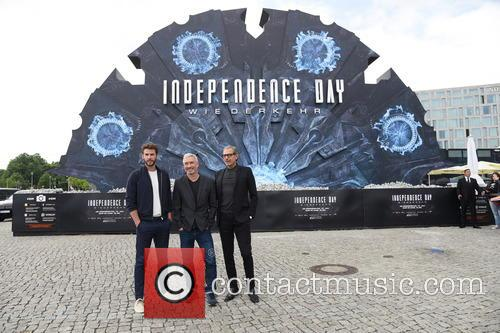 Liam Hemsworth, Jeff Goldblum and Roland Emmerich 10