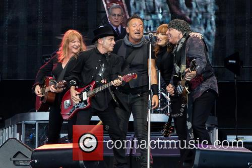 Bruce Springsteen, Steven Van Zandt, Max Weinberg, Nils Lofgren, Patti Scialfa and Soozie Tyrell 1
