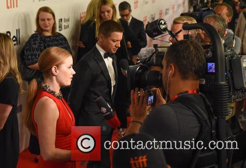 Amy Adams and Jeremy Renner 10