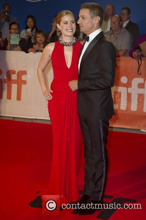 Jeremy Renner and Amy Adams 11
