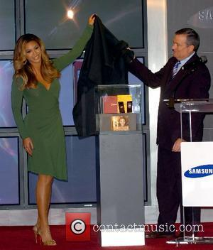 Beyonce Knowles and Samsung rep