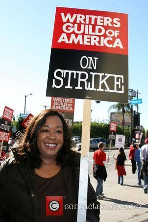 Shonda Rhimes Writers Guild of America on strike outside Paramount Studios Los Angeles, Calfornia - 12.12.07