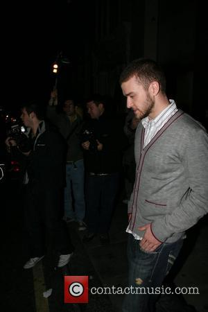 Timberlake Ignores Fight Warning As Paparazzi Attack Again