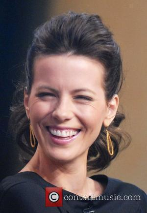 Beckinsale Keeps Her Best Feature Under Wraps