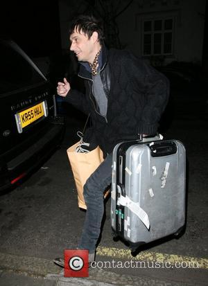 Jamie Hince arriving back at Kate Moss's home with a large suitacse London, England - 20.12.07