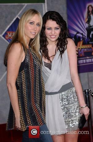 Cyrus Is Dating Jonas Brother Nick