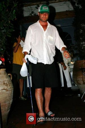 Liev Schreiber leaving a Malibu restaurant carrying a walking cane Los Angeles, California - 19.08.07