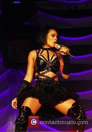 Rihanna Bans Umbrellas On U.k. Tour