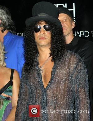 Slash Donates Gear To Favourite Hotel