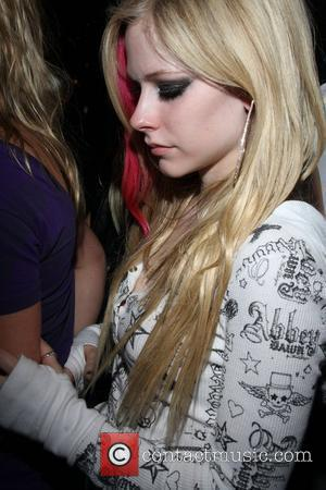 Lavigne Angers Fans With Late Performance