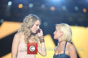 Taylor Swift and Kellie Pickler