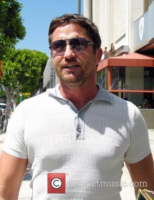 Gerard Butler walking down Robertson Boulevard after having lunch at the Newsroom Cafe Los Angeles, California - 05.06.08