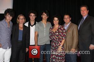 Nick Jonas, Sandra Peterson, Kevin Jonas, Joe Jonas, Denise Jonas and David Simmons