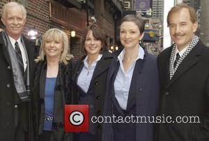 Captain Chelsey 'Sully' Sullenberger, Flight Attendnts Sheila Dail, Doreen Welsh, Donna Dent and First Officer Jeffrey Skiles outside the Ed...