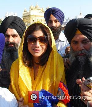 Shilpa Shetty visits the Golden Temple in Amritsar Amritsar, India - 09.04.09