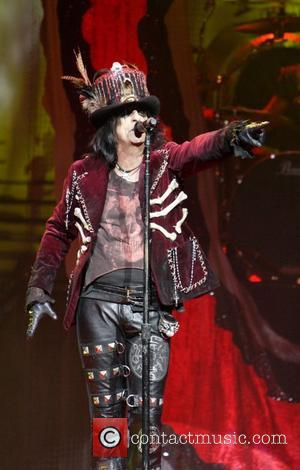 Alice Cooper | Cooper Fan Falls From Balcony At New Zealand ...