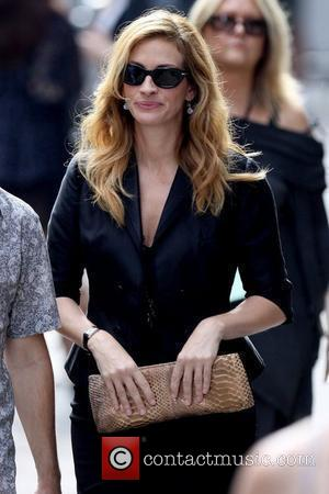 Julia Roberts on the set of her upcoming film 'Eat, Pray, Love' shooting in Manhattan New York City, USA -...