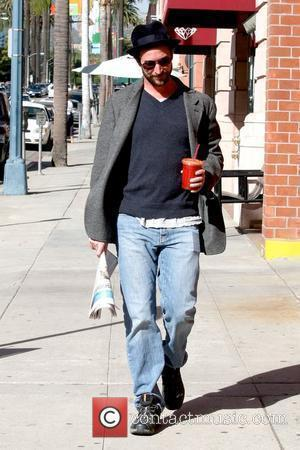Noah Wyle holding a cold beverage and newspaper while out and about in Beverly Hills Los Angeles, California - 25.11.09