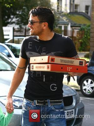 Peter Andre taking pizza back for his brother after visiting a restaurant Brighton, England - 10.10.09