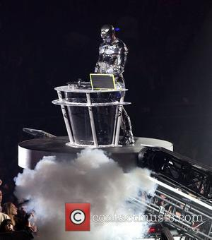 Will.i.am Offers Travel Incentive To Students