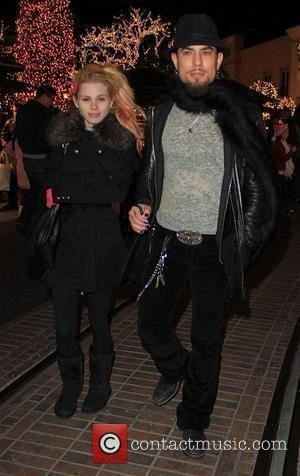 Dave Navarro does a spot of last minute Christmas shopping with his girlfriend Los Angeles, California - 22.12.09