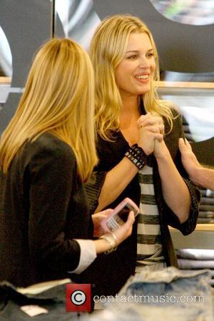 Rebecca Romijn and Jerry O'Connell shopping at Gap 1969 Jeans on Robertson Boulevard Los Angeles, California - 24.02.10
