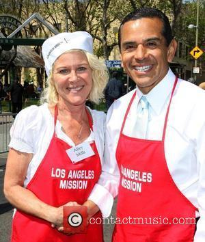 Alley Mills and Los Angeles Mayor Antonio Villaraigosa Los Angeles Easter Meal for the homeless at the LA Mission Los...