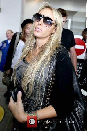 Tish Cyrus arrives at LAX airport on a flight from Toronto with her daughter Los Angeles, California - 21.06.10