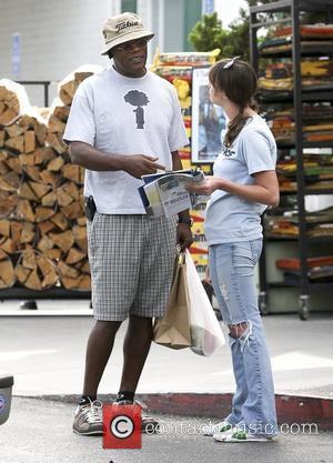 Samuel L. Jackson leaves Bristol Farms in West Hollywood and is stopped by a Greenpeace supporter petitioning Pizza Hut's destruction...