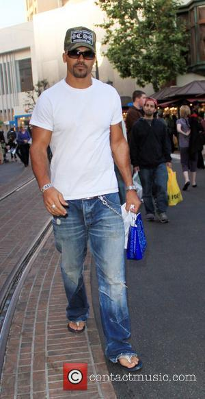 Shemar Moore  shopping at the Apple store in Hollywood Los Angeles, California - 24.12.09
