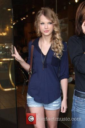 Taylor Swift, Friends Leaving The Farm Restaurant In Beverly Hills, Stop By Coffee Bean and Tea Leaf Next Door To Pick Up Coffee.