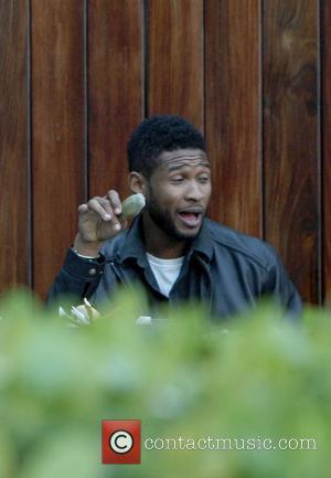 Usher is seen having lunch in Miami Beach. Miami Beach, Florida - 30.12.10