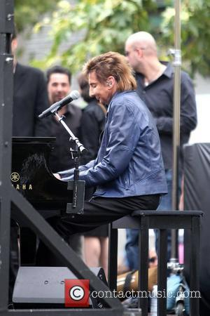 Barry Manilow performs on 'Extra' with Mario Lopez at The Grove in Hollywood Los Angeles, California – 09.06.11