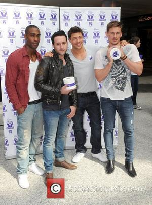 Blue compete to break a Guinness World Record for the fastest toilet roller. The boy band attempted to unravel a...
