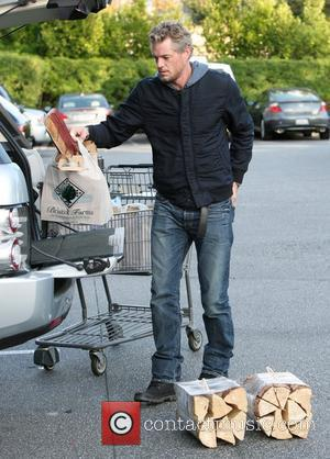 Eric Dane returns to his car after shopping at Bristol Farms in Beverly Hills Beverly Hills, California - 19.11.11