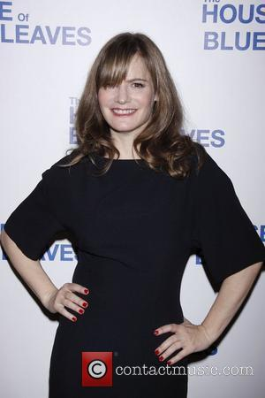 Jennifer Jason Leigh To Play Emily's Mom In 'Revenge'