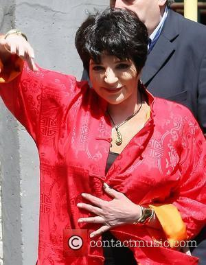 Liza Minnelli Holds Yard Sale
