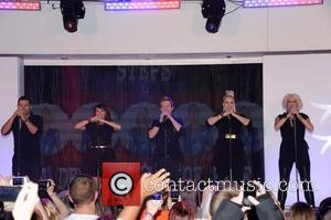 Lee Latchford-Evans, Lisa Scott-Lee, Ian Watkins aka H, Claire Richards and Faye Tozer of Steps turn on the christmas lights...