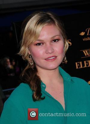 Julia Stiles In Tears At Los Angeles Airport