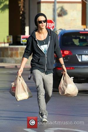 Austin Butler shopping at a grocery store in Studio City. Los Angeles, California - 10.04.12