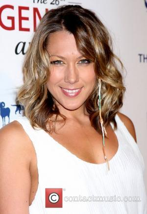 Colbie Caillat Attacked By Bugs At Show