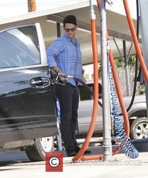 Justin Bartha fills up his car at the gas station Hollywood, California - 14.02.12