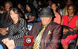 Fan Informed Joe Jackson Of Son's Death