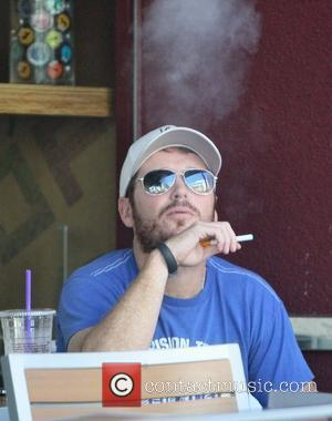 Actor Kevin Connolly smokes an electric cigarette while having lunch with a friend. Los Angeles, California- 13.09.12