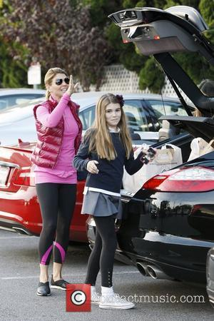 Lori Loughlin returns to her car with daughter Olivia Jade after shopping at Bristol Farms Los Angeles, California - 14.11.12