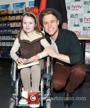 Olly Murs Signs A Fans Breast, Looks For A Girlfriend