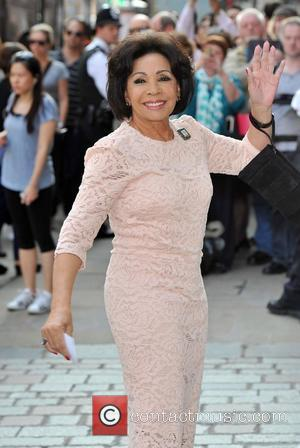 Dame Shirley Bassey At The Oscars Alongside Adele and Barbra Streisand