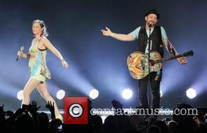 Jennifer Nettles and Kristian Bush of Sugarland perform during the 'In Your Hands' Tour at the Cruzan Amphitheatre. West Palm...