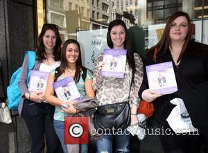 Fans A pregnant Tori Spelling signs her new book, 'CelebraTORI', at Barnes and Noble  New York City, USA -...