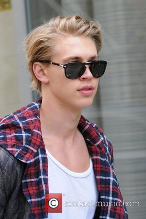 Austin Butler arrives at his Manhattan hotel with flowers for his girlfriend, actress Vanessa Hudgens. New York City, USA -...